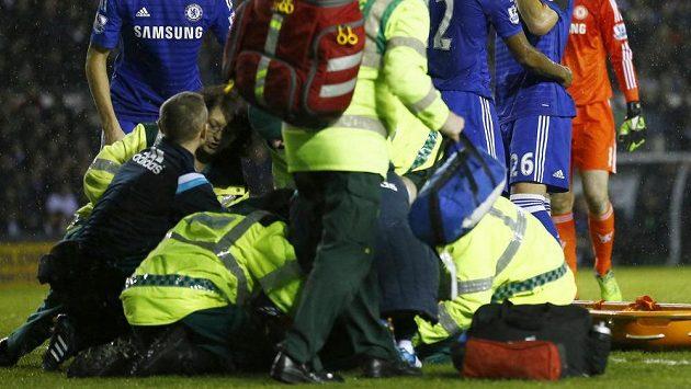 Hráči Chelsea přihlížejí, jak lékaři a pořadatelé pomáhají Kurtu Zoumovi, jenž bezvládně ležel po střetu s Petrem Čechem.