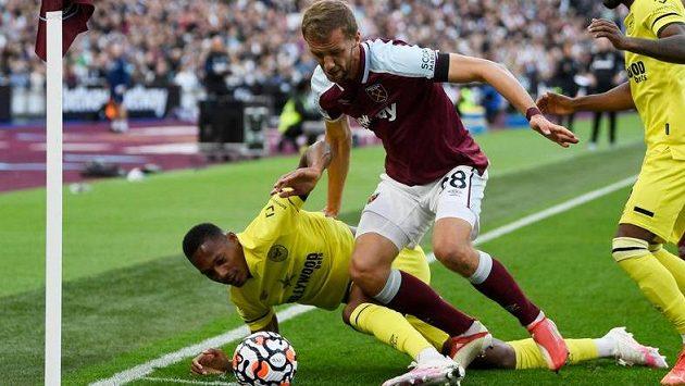 Záložník West Hamu Tomáš Souček během duelu s Brentfordem.