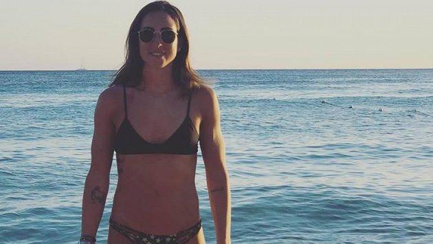 Biatlonistka Lisa Vittozziová tráví dovolenou u moře.