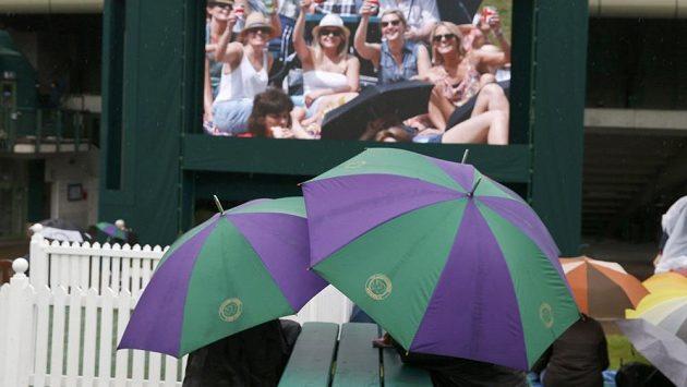Program ve Wimbledonu narušuje déšť.