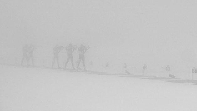 Při podrobnějším prozkoumání jsou na fotografii k vidění biatlonisté při střelbě vestoje během štafety SP v Oberhofu.