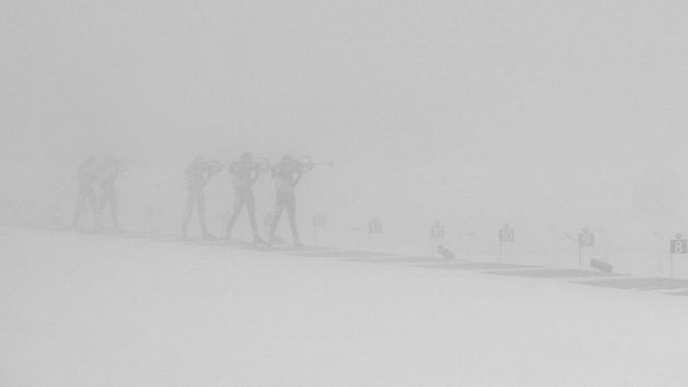 Při podrobnějším prozkoumání jsou na fotografii k vidění biatlonisté při střelbě ve stoje během štafety SP v Oberhofu. Ilustrační foto.