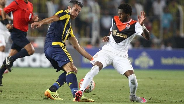 Frederico Rodrigues Santos (vpravo), přezdívaný jako Fred, bojuje o míč s Robinem van Persiem z Fenerbahce Istanbul.