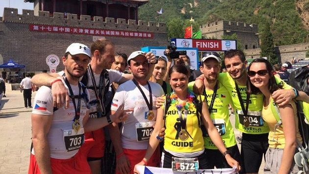 Trasérka Jitka Křížová (uprostřed) při maratónu na Velké čínské zdi.