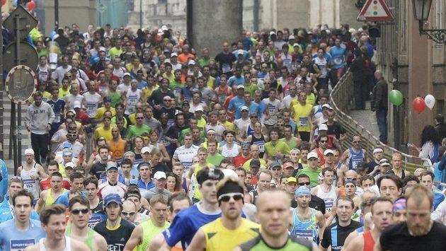 Pražský půlmaraton se běžel 5. dubna v centru Prahy. Na snímku běžci běží po Smetanově nábřeží u Novotného lávky.