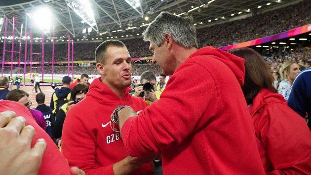 Jan Železný gratuluje svému svěřenci Petru Frydrychovi k bronzu z mistrovství světa.