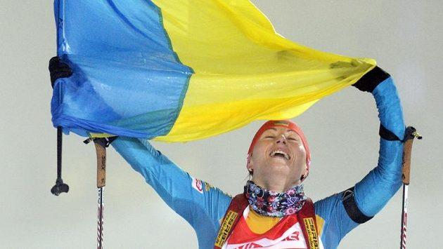 Biatlonistka Vita Semerenková z Ukrajiny se raduje z triumfu v závodu štafet na SP Oberhofu.