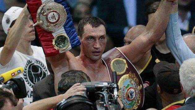 Vladimir Kličko se raduje z obhajoby svých čtyř mistrovských titulů. V boxerském ringu nenašel šampión těžké váhy už devět let přemožitele.