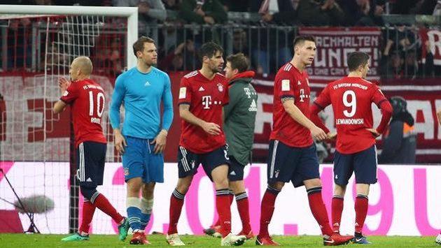 Zklamaní fotbalisté Bayernu Mnichov po domácí remíze s Düsseldorfem.