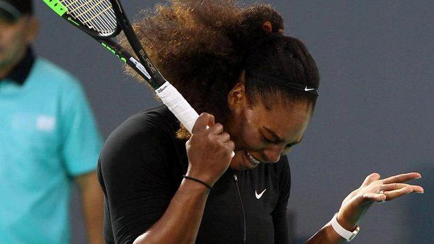 Serena Williamsová při návratu po mateřské pauze na exhibici v Abú Zabí.