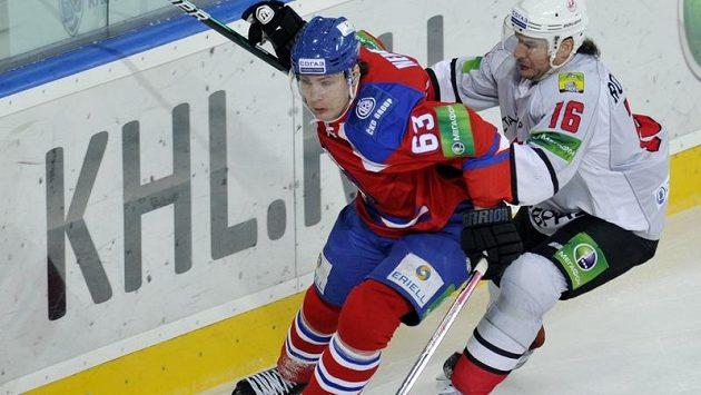 Ondřej Němec (vlevo) ještě v souboji o puk s Randym Robitaillem z Novokuzněcku.
