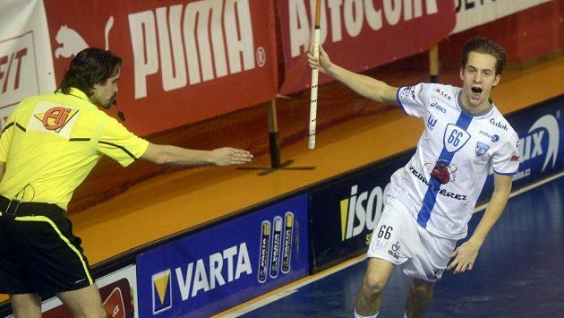 Patrik Dóža z Chodova se raduje z gólu.