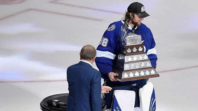 Brankář Tampy Bay Lightning Andrej Vasilevskij (88) přebírá Con Smythe trophy pro nejužitečnějšího hráče play off NHL po triumfu ve Stanley Cupu.