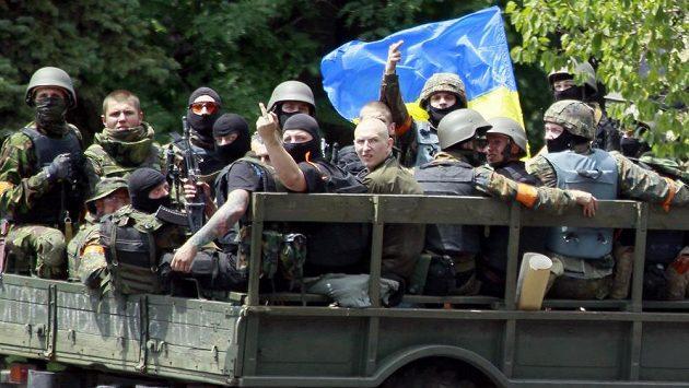 Ukrajinští vojáci v blízkosti místa bojů v přístavním městě Mariupol na východě země.