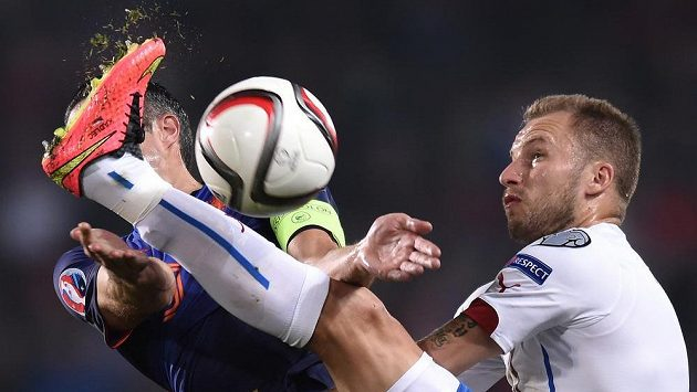 Michal Kadlec v tvrdém souboji o míč s nizozemským útočníkem Robinem van Persiem.