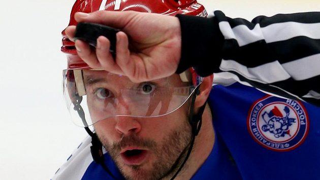 Hvězdný ruský forvard Ilja Kovalčuk sleduje puk při vhazování.