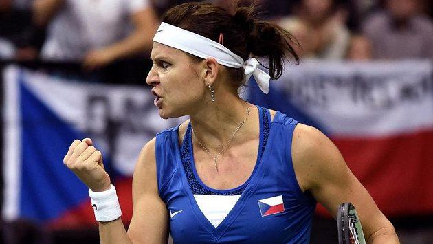 Lucie Šafářová slaví vítězství nad Němkou Angelique Kerberovou. Češky vedou ve finále Fed Cupu po sobotě 2:0.