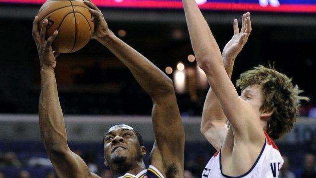 Jan Veselý atakuje Derricka Favorse z Utahu.