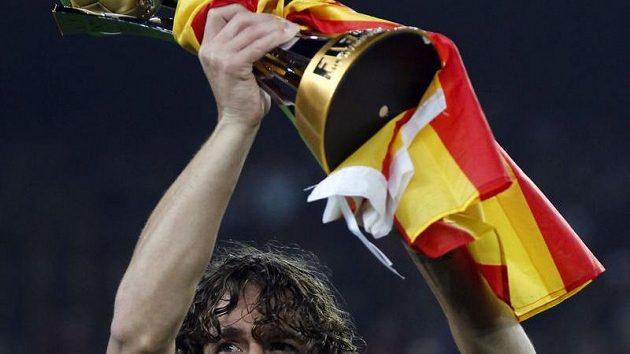 Barcelonský kapitán Carles Puyol ukázal zaplněnému Nou Campu trofej pro vítěze nedávného světového šampionátu klubů.