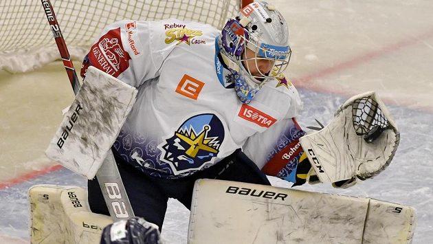 Brankář Kladna Denis Godla chytá střelu Radana Lence z Liberce v utkání hokejové extraligy.