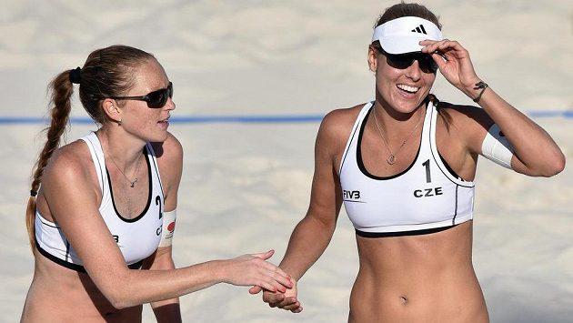 Kristýna Kolocová (vlevo) a Markéta Sluková na turnaji Světového okruhu žen v Praze na Štvanici.