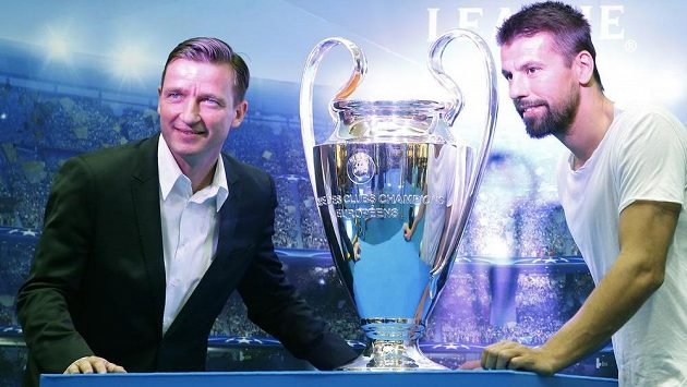 Představení poháru Champion League v Praze. Na ilustračním snímku dva jeho čeští vítězové, Milan Baroš (vpravo) a Vladimír Šmicer.