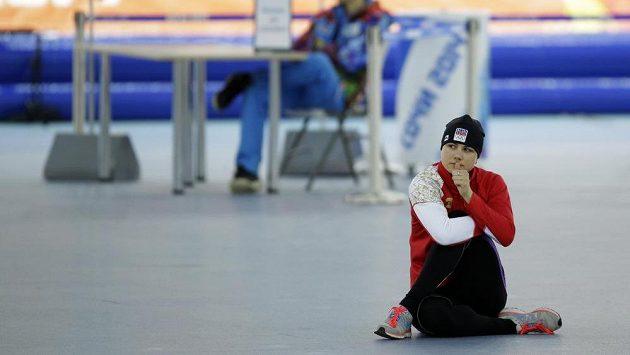 Karolína Erbanová sledovala poctivě jízdy kamarádky Samkové ještě chvíli před svým startem na 1500 metrů.