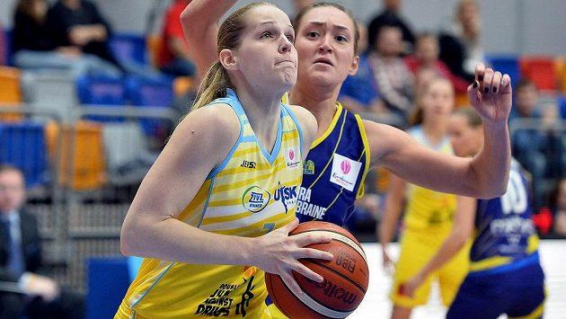 Zleva Alena Hanušová z USK a Anastasija Logunovová z týmu Castors Brain v Evropské lize basketbalistek