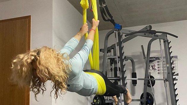 Kateřina Siniaková si přestávku zpříjemňuje létací jógou.