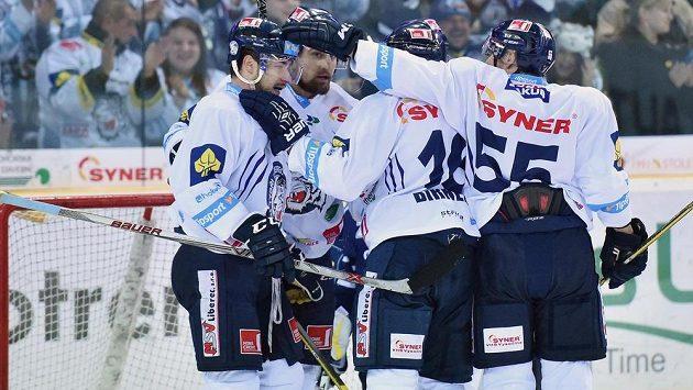 Liberečtí hokejisté se radují z gólu proti Vítkovicím. Zleva Jakub Valský, střelec branky Lukáš Krenželok, Michal Birner a Martin Ševc.