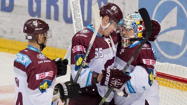 Zleva Ryan Glenn, Robert Sabolič a Tomáš Pöpperle se radují z vítězství Sparty nad Olomoucí.