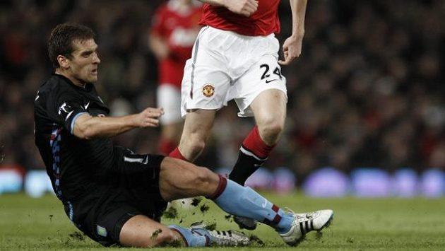 Stilijan Petrov z Aston Villy (vlevo) zastavuje skluzem únik Darrena Fletchera z Manchesteru United.