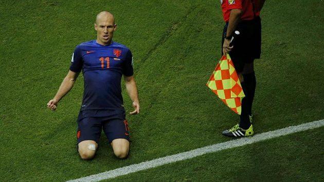 Nizozemský záložník Arjen Robben slaví gól proti Španělsku. Vpravo přihlíží asistent rozhodčího Renato Faverani.