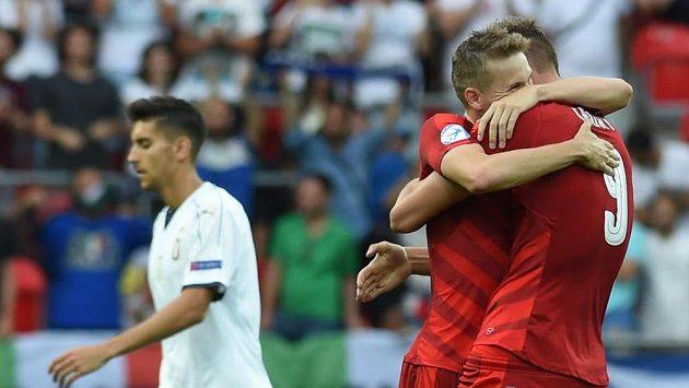Zleva Ital Lorenzo Pellegrini a radující se čeští fotbalisté Jakub Jankto a Tomáš Chorý.