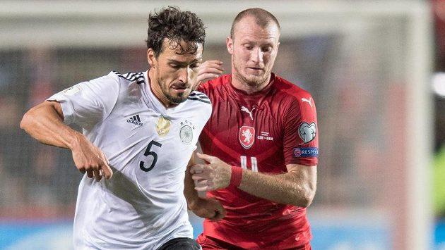 Mats Hummels a Michael Krmenčík během utkání mezi českou reprezentací a Německem.