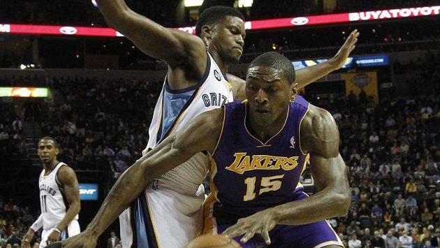 Memphiský Rudy Gay brání hráče LA Lakers Mettu World Peace.