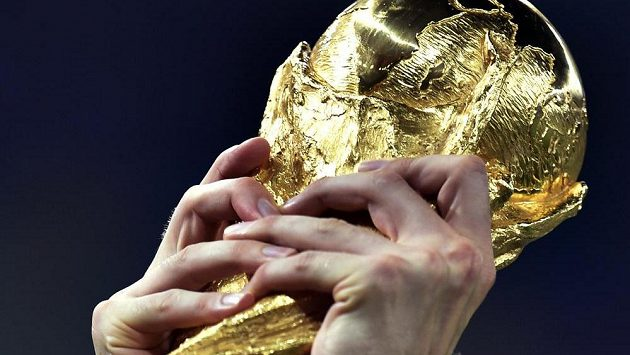 Trofej pro fotbalové mistry světa z dílny italského sochaře Silvia Gazzanigy.
