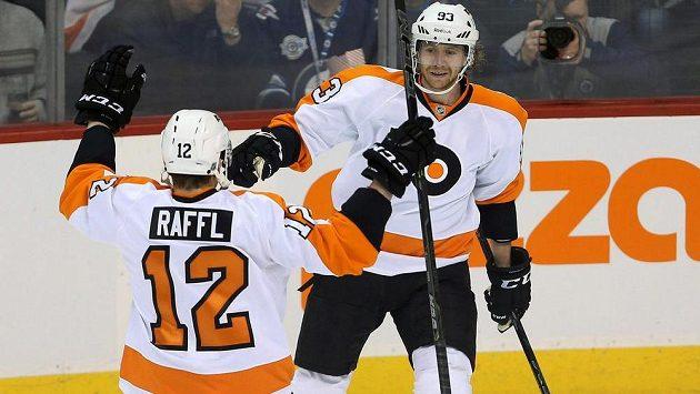Hokejisté Philadelphie Michael Raffl (12) a Jakub Voráček se radují z vítězství.