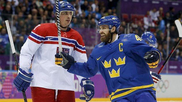 Švédský útočník Henrik Zetterberg se raduje z trefy, vlevo smutný Tomáš Kaberle.