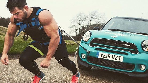 Ross Edgley uběhl maratón za téměř 20 hodin, ale za zády měl auto o hmotnosti 1400 kilo!