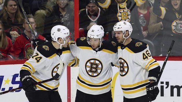 Hokejisté Bostonu Bruins Ryan Spooner (51), David Krejčí (46) a Jake DeBrusk (74), slaví gól proti Ottawě.
