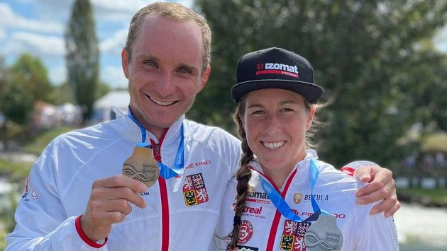 Vít Přindiš a Kateřina Minařík Kudějová se svými medailemi po finále SP v Pau.