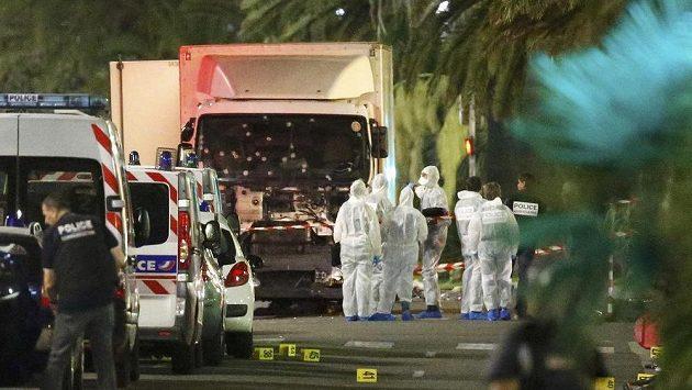 Mohamed Lahouaiej Bouhlel za volantem kamiónu ve francouzské Nice zavraždil 84 lidí.