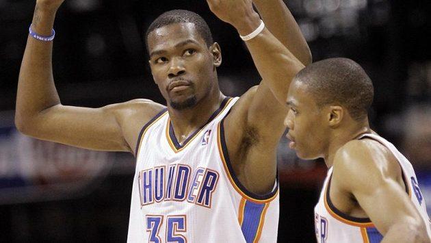 Basketbalisté Oklahomy Kevin Durant (vlevo) a Russell Westbrook.