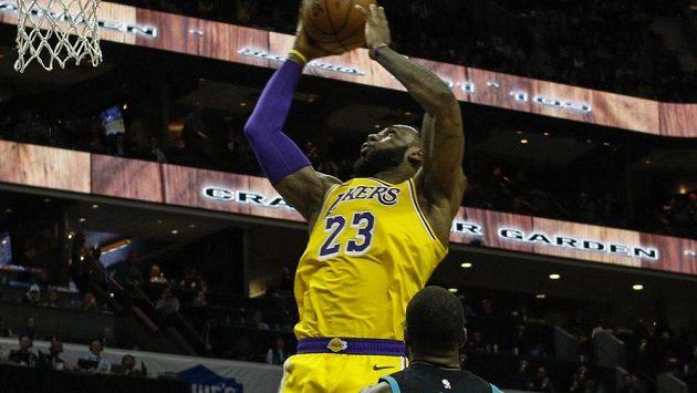 Hvězda Los Angeles Lakers LeBron James se prosazuje v zápase proti Charlotte přes Kembu Walkera.