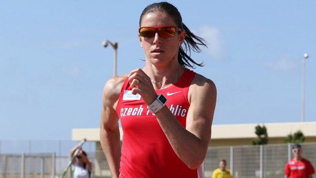 Překážkářka Zuzana Hejnová při tréninku na rozcvičovacím stadiónu v řeckém Heraklionu.