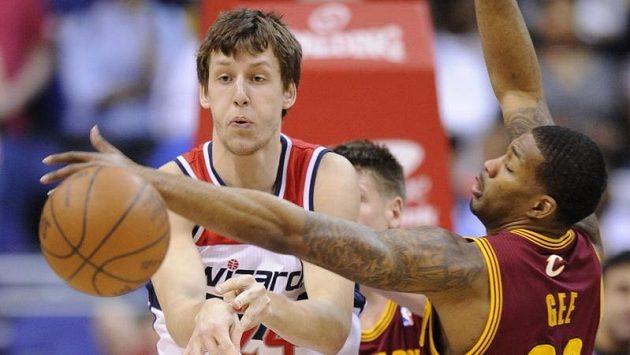 Jan Veselý z Washingtonu se snaží přihrát přes Alonza Geeho z Clevelandu.