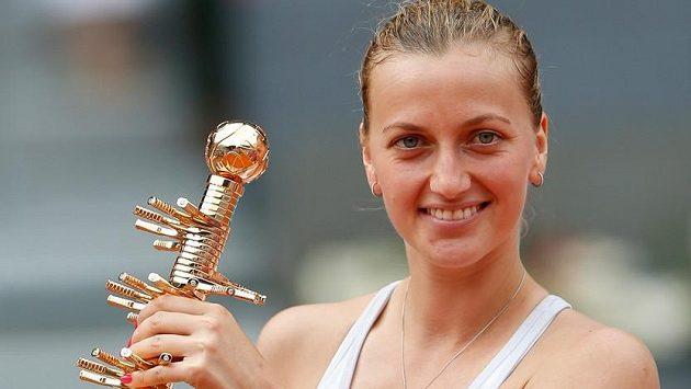 Petra Kvitová s vítěznou trofejí za triumf v Madridu