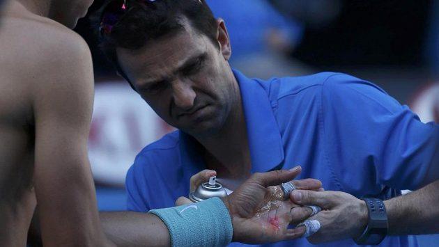 Ošetření levé ruky Rafaela Nadala při utkání s Grigorem Dimitrovem.