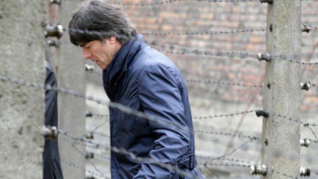 Trenér německé fotbalové reprezentace Joachim Löw při návštěvě bývalého koncentračního tábora v Osvětimi